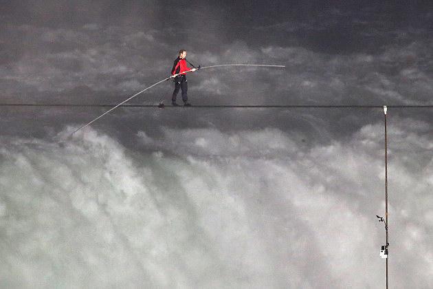 Nik Wallenda crosses Niagara Falls